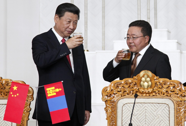 Chủ tịch Trung Quốc (T) và Tổng thống Mông Cổ Tsakhia Elbegdorj (P). Ảnh chụp nhân buổi ký kết các hợp đồng, ngày 21/08/2014, tại Ulan Bator.