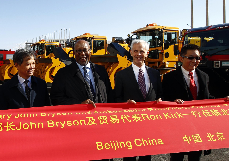 Phái đoàn Mỹ và Trung Quốc chụp ảnh tại sân bay quốc tế Bắc Kinh, ngày 19/11/2011.
