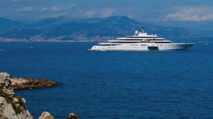 Un yacht croise sur la Côte d'Azur.