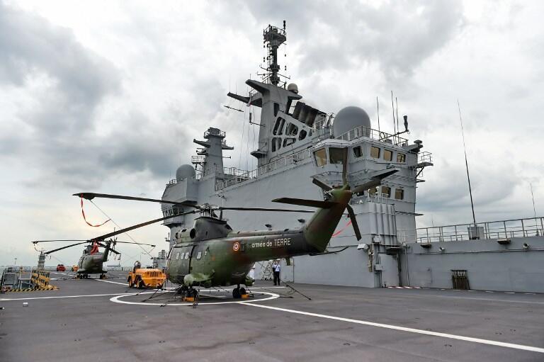 Hai trực thăng Puma trên tầu sân bay trực thăng Dixmude đậu tại căn cứ Hải Quân Changi, Singapore, ngày 24/04/2015.