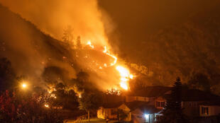 Las llamas de un incendio en las colinas de Azusa, en California (Estados Unidos), el 14 de agosto de 2020