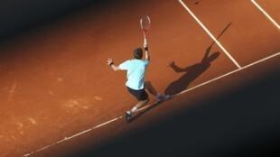 Nicolas Mahut returns the ball to Andy Roddick, 27 May, 2012