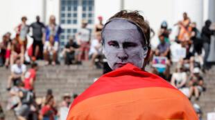 Một người biểu tình mang mặt nạ Vladimir Putin trong chiến dịch «Helsinki Calling» chống lại cuộc gặp giữa tổng thống Mỹ Donald Trump và đồng nhiệm Nga tại Helsinki hôm 15/07/2018.