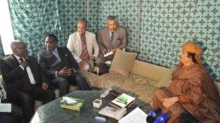Lãnh đạo Libya Kadhafi (P) tiếp đón phái đoàn Liên Hiệp Châu Phi tại Tripoli.