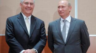 Владимир Путин (справа) и Рекс Тиллерсон в Сочи, 30 августа 2011.