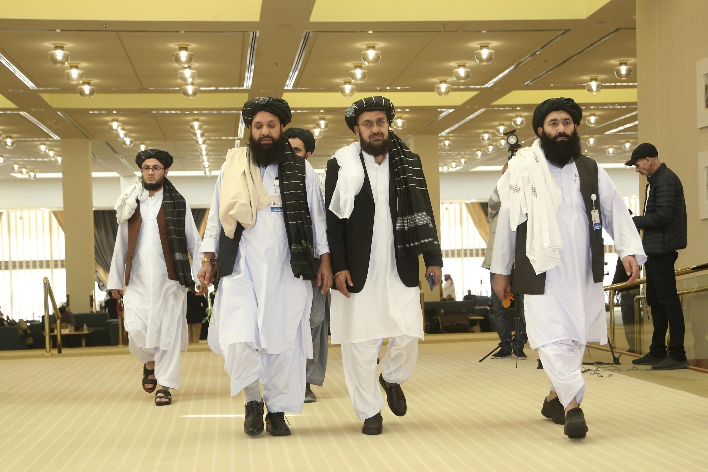 Tawagar wakilan kungiyar mayakan Taliban, bayan isa dakin taron da za su sanya hannu kan yarjejeniyar sulhu da Amurka.