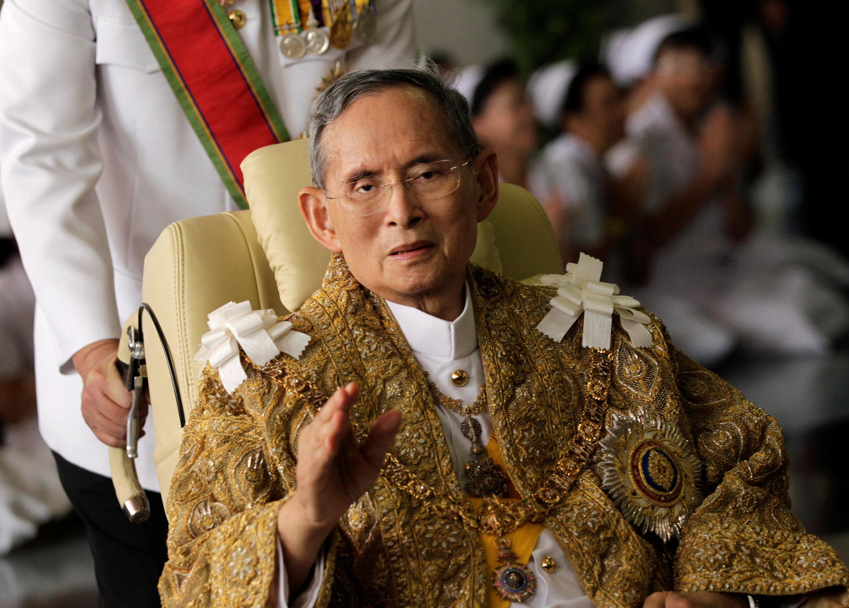 O Bhumibol Adulyadej, ao deixar o hospital em 5/12/10.