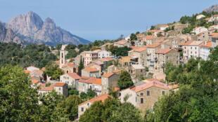 Evisa, un village de Corse du Sud. A gauche en arrière plan, Capu d'Ortu e Tre Signore.