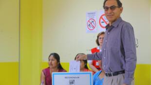 El presidente peruano Martín Vizcarra vota en el referéndum de este 9 de diciembre de 2018, en Lima.