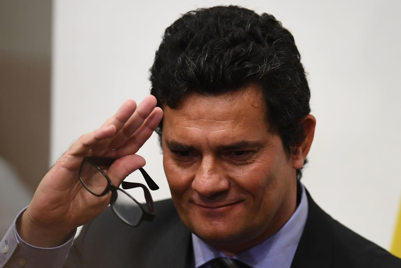 El ministro de Justicia y Seguridad Pública de Brasil, Sergio Moro, saluda tras una conferencia de prensa en la que anunció su renuncia al cargo, el 24 de abril de 2020