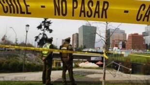 Policiais chilenos cercam área onde uma bomba explodiu no dia 8 de setembro de 2014.