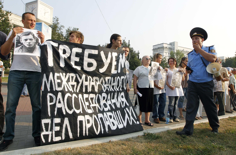 Акция белорусской оппозиции в поддержку политзаключенных и в память о без вести пропавших противниках режима А.Лукашенко. Минск 16 августа 2010