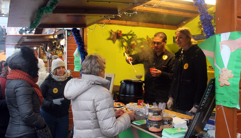 Malgré le froid presque sibérien à Strasbourg, l'affluence est bonne au chalet du Refugee Food Festival et la soupe aux lentilles d'Hussam Khodary fumante.