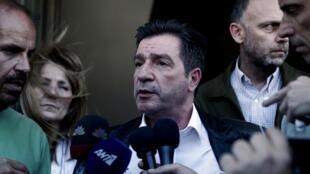 Giorgos Kaminis, le maire d'Athènes, s'adressant aux journalistes, après avoir interdit une manifestation organisée par Aube Dorée, le 2 mai 2013.