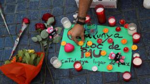 Anónimos prestam homenagem às vítimas dos ataques de 17 de Agosto em Barcelona.