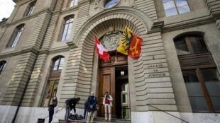 Des journalistes à l'extérieur du palais de justice de Genève, le 15 mai, à l'ouverture du procès d'Erwin Sperisen.