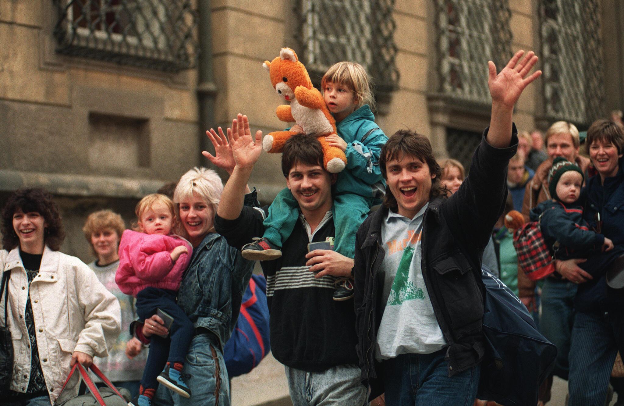 Des réfugiés est-allemands après leur départ de la cour de l'ambassade de la République fédérale d'Allemagne, à Prague, en 1989.