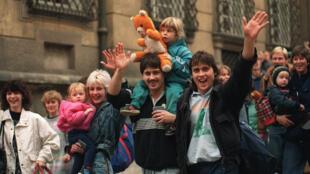 Fugitivos da Alemanha Oriental após deixarem o tribunal da Embaixada da República Federal da Alemanha em Praga, em 1989.