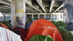 Environ 1 500 migrants dorment sous des tentes le long du canal Saint-Denis, dans le nord de Paris.