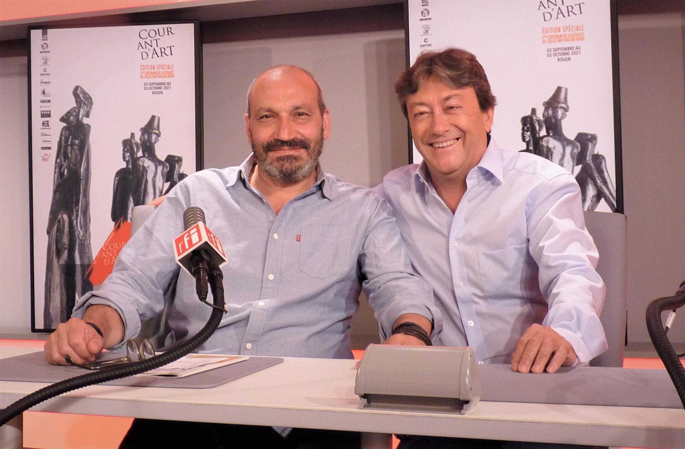 El escultor colombiano Milthon y Jordi Batallé en RFI