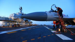 Trung Quốc : Hàng không mẫu hạm Liêu Ninh trong cuộc tập trận ở biển Bột Hải. Ảnh ngày 11/12/2016.