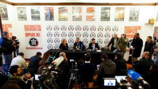 Des membres du parti CasaPound donnent une conférence à leur siège de Rome en Italie, le 9 Novembre 2017.