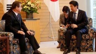 Thủ tướng Nhật Shinzo Abe (P) gặp lãnh đạo tình báo Hàn Quốc Suh Hoon bàn về vấn đề hạt nhân Bắc Triều Tiên, Tokyo, ngày 13/03/2018.