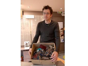 Nicolas Hardy, opticien à Chartres de Bretagne, a collecté 400 paires de lunettes en 6 mois.
