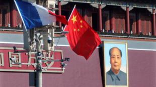Des drapeaux français et chinois devant la porte de la place Tiananmen et le portrait de Mao Zedong, le 9 janvier 2018.
