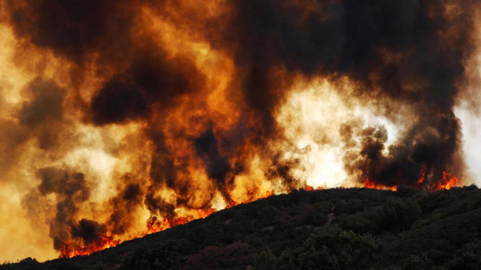 Las llamas arrasan las colinas en Lakeport, el 2 de agosto de 2018.
