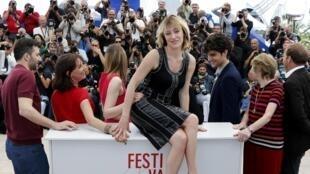La réalisatrice Valeria Bruni-Tedeschi (au centre) et toute l'équipe du film «Un château en Italie», au festival de Cannes le 20 mai 2013.