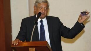 El candidato de izquierda López Obrador muestra una tarjeta como prueba durante una conferencia de prensa, este 18 de julio de 2012 en la ciudad de México.