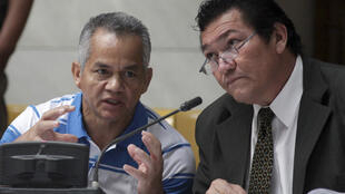 Un tribunal de Guatemala abrió juicio el 23 de febrero de 2012 contra el militar Pedro Pimentel (izq.en la foto junto a su abogado), extraditado por Estados Unidos en  julio pasado, por su presunta participación en una masacre de 201 campesinos en 1982