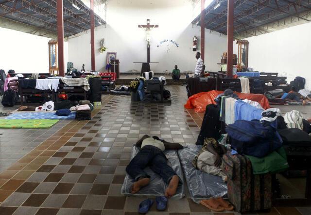 Inmigrantes haitianos duermen en una iglesia en la ciudad fronteriza de Iñapari, Perú.