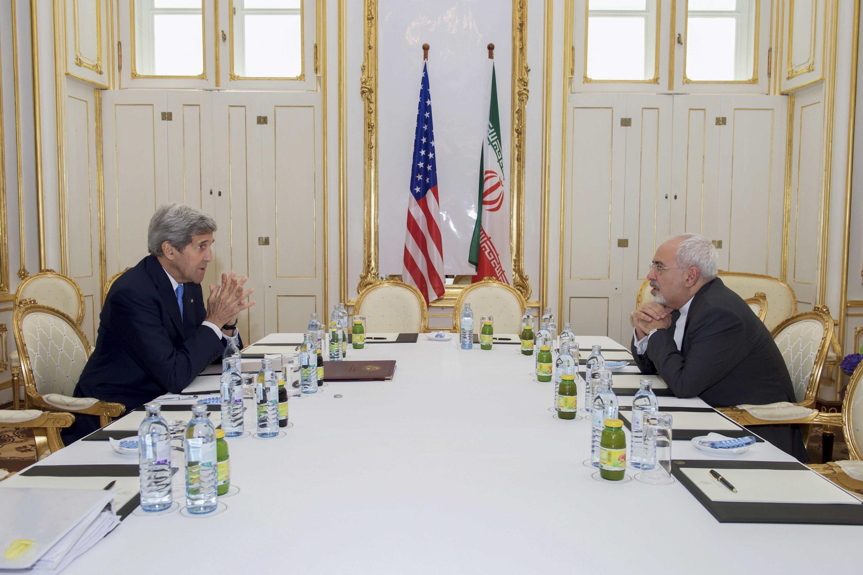 Ngoại trưởng Mỹ John Kerry và Ngoại trưởng Iran Javad Zarif tại Vienna để đàm phán. Các cuộc thương lượng có kéo dài ít nhất tới ngày 07/07/2015.