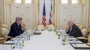 O secretário de Estado americano, John Kerry (esquerda), e o ministro de Relações Exteriores do Irã, Javad Zarif, na sala de negociações em Viena.