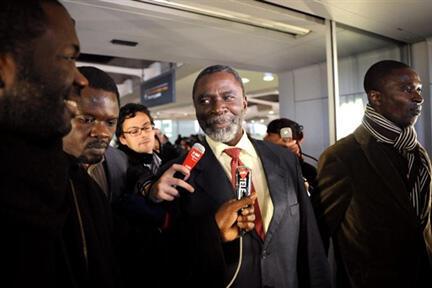L'opposant tchadien Ngarlejy Yorongar à l'aéroport Roissy-Charles-de-Gaulle en 2008.