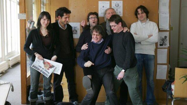 L'équipe de Charlie Hebdo en 2006 : au centre et avec des lunettes, Tignous, Cabu et Charb tués lors de l'attaque des locaux.