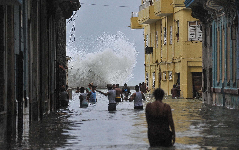 Les violentes rafales de l'ouragan Irma ont balayé dans la nuit La Havane et ses deux millions d'habitants, provoquant d'importantes inondations et l'interruption de l'alimentation électrique. Une rue de La Havane le 10 septembre 2017.