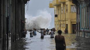 ایرما، خیابانهای کوبا را به دریاچه تبدیل کرد