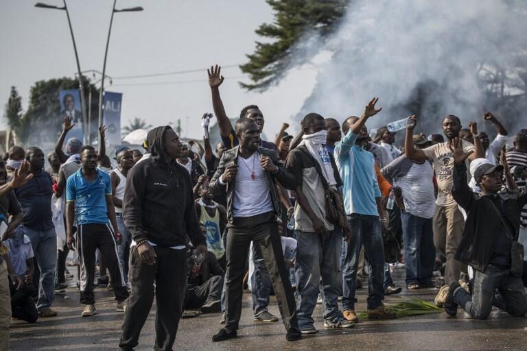 Des supporters du candidat Jean Ping manifestent leur colère le 31 août 2016, à Libreville.