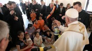 Papa se reúne com comunidade cigana do bairro de Barbu Lautaru, no distrito de Blaj, na Romênia. (02/06/2019)
