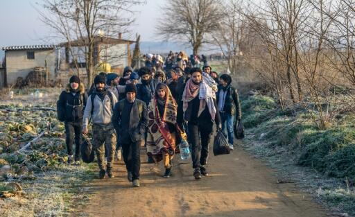Grupo de migrantes a caminho da fronteira da Turquia que quer enviar refugiados para Grécia
