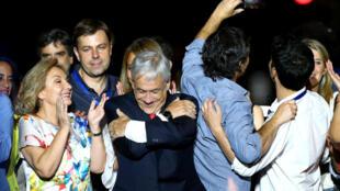Sebastián Piñera (au centre), le 17 décembre 2017, à Santiago du Chili.
