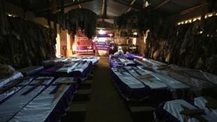 Les cercueils de victimes du génocide de 1994, dans l'église catholique de Nyamata.