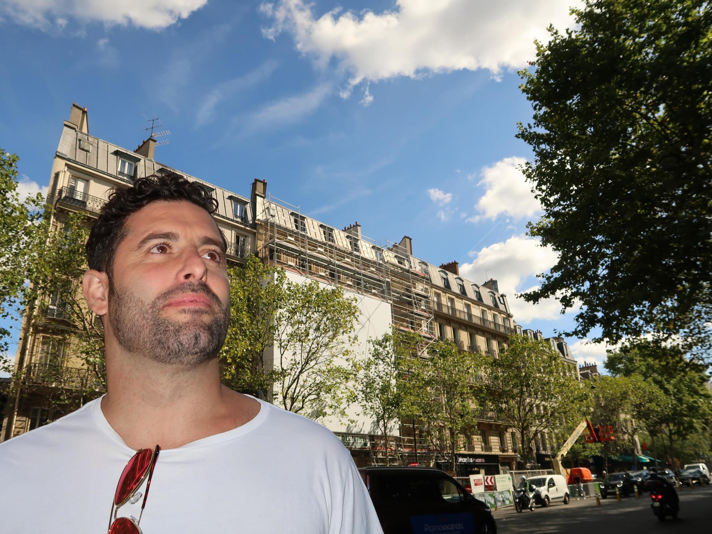 Belin delante del 90 avenue de Ternes. París, septiembre 2019.