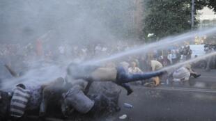 نیروهای انتظامی ارمنستان از ماشین آب پاش استفاده کردند