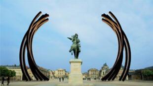 Os arcos monumentais de Bernar Venet  parecem emoldurar o Château de Versailles.