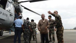 Touristes et civils descendent d'un hélicoptère Mi-17 Indian Air Force, secourus par l'armée indienne après les inondations à Srinagar, principale ville du Cachemire indien, le 11 septembre, 2014.