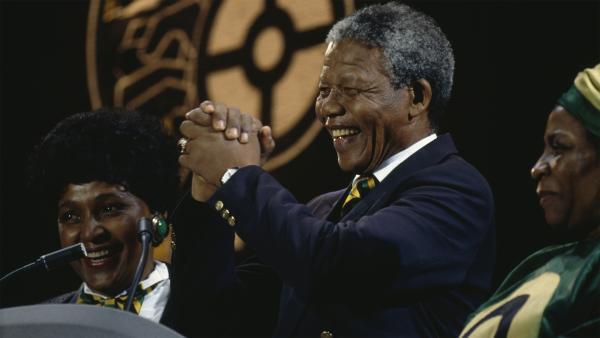 Nelson Mandela et sa femme Winnie (à gauche), lors d'un concert à Wembley, le 16 avril 1990.